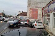 FOTO - 5 mașini avariate la intersecția străzilor Traian cu București, din cauza unui șofer cu SUV