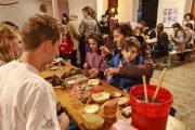 """Clujenii învață cum să hrănească păsările pe timp de iarnă la """"Atelierul de Hrănitori"""" – ediția 2016"""