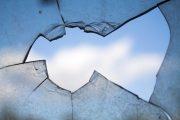 Bate vântul în casa unei clujence după ce, din gelozie, iubitul i-a spart geamurile