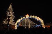 FOTO/VIDEO - 30.000 de oameni în Piața Avram Iancu din Cluj-Napoca. După pornirea iluminatului festiv, concerte și artificii, Boc s-a prins în horă