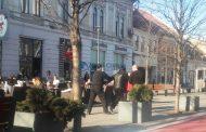 FOTO - Clientul unei terase de pe Bulevardul Eroilor, luat pe sus de polițiști