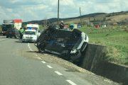 FOTO - Accident grav la Mera. Un sălăjean a intrat pe contrasens și a lovit cu mașina un camion, după care s-a răsturnat