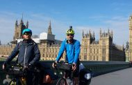 Doi români stabiliți în Anglia încep turul Europei pe biciclete, pentru a susține educația copiilor fără posibilități din România
