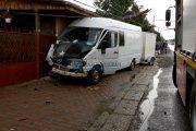 VIDEO - Un microbuz a rupt un stâlp în Gilău și a intrat în peretele unei case