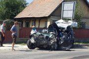 FOTO - Accident terifiant la Răscruci. O șoferiță a intrat cu mașina pe contrasens și s-a izbit violent de o autobasculantă