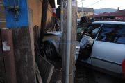 Șoferiță rănită grav după ce a intrat cu mașina într-un stâlp și un gard