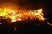 Acțiunile de stingere a incendiului de la Pata Rât continuă după 12 ore de luptă cu flăcările, Poliția a deschis dosar penal