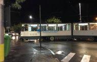 UPDATE - FOTO - Accident! Tramvai scos de pe șine de un BMW, la intersecția de la Sala Polivalentă Cluj-Napoca