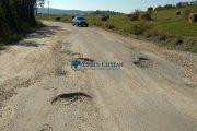 FOTO - CJ Cluj se laudă în mod mincinos că a reparat drumul dintre DN1 și Mănăstireni. Realitatea cruntă, în imaginile din acest articol!