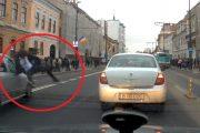 ACCIDENT FILMAT- Elev lovit de mașină pe strada Memorandumului. IMAGINI cu puternic impact emoțional