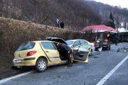 UPDATE - FOTO - Doi morți și patru răniți după un accident la Poieni, în care au fost implicate două autoturisme și un autotren