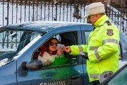 FOTO - Polițiștii locali au lăsat amenzile pentru mâine, azi au împărțit mărțișoare