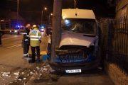VIDEO - Accident pe strada Traian Vuia, doi tineri răniți. Microbuzul a retezat un stâlp și a lovit o țeavă de gaz