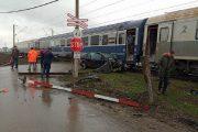 FOTO - Accident feroviar la Dezmir. Un autoturism a fost lovit de un tren de mare viteză