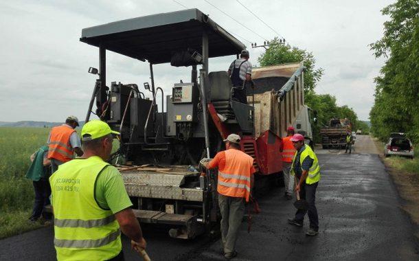 Lucrări de întreținere și asfaltare pe drumul județean care duce la Baza Aeriană de la Luna