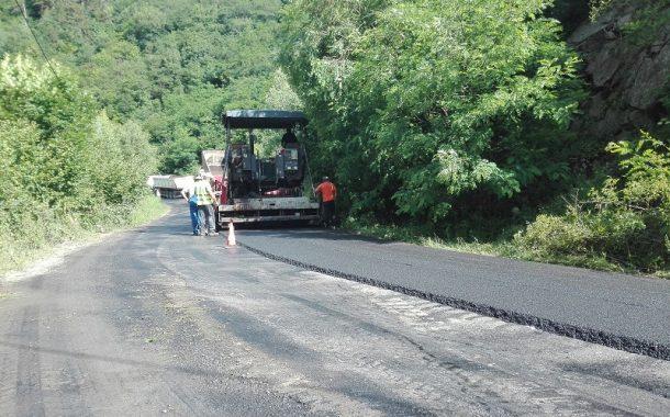 Lucrări de asfaltare pe drumul județean 107R, între Băișoara și stațiunea Muntele Băișorii
