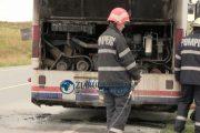 VIDEO - Panică pe centura Vâlcele - Apahida. Un autobuz plin cu muncitori a luat foc