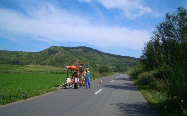 Lucrări de marcaje rutiere pe mai multe drumuri judeţene