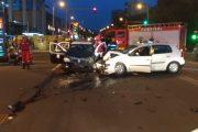 Ciocnire violentă între două mașini. Trei persoane au avut nevoie de îngrijiri