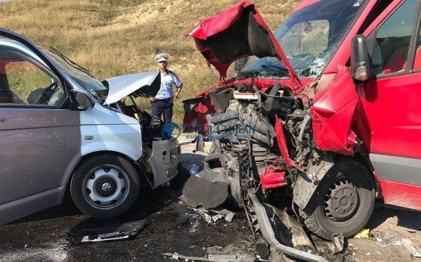 FOTO - Accident grav între un microbuz și o autoutilitară la Cămărașu. Răniții, preluați de elicopterul SMURD