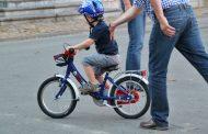 Năzbâtie de copilaș de 5 ani. A mers cu bicicleta din Apahida până în Jucu