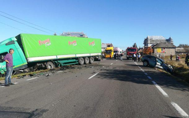UPDATE - FOTO - Încă un accident grav la Huedin. Impact violent între un TIR și un autoturism