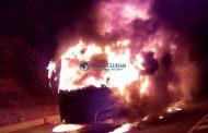 VIDEO - Autocar mistuit de flăcări pe centura Vâlcele - Apahida. La bord erau 25 de persoane