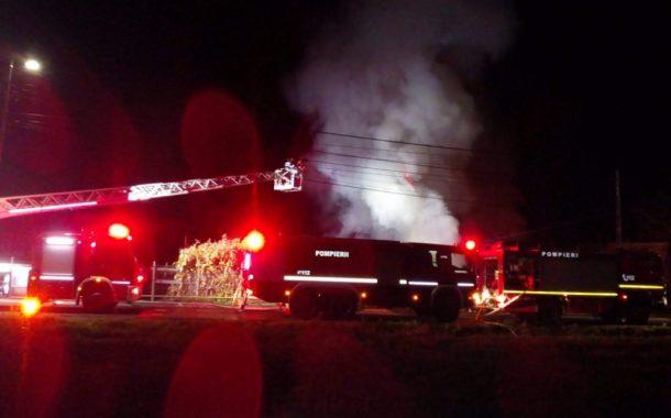 Patru case, mai multe anexe și un autocar au fost mistuite de flăcări